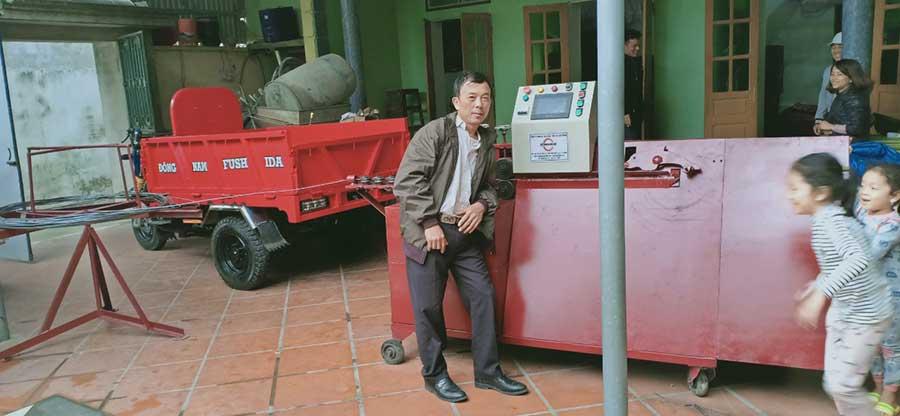 Khách hàng sử dụng máy bẻ đai cá heo Việt